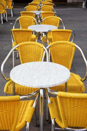 restaurateur: la chaise vide - symbole de la crise dans le tourisme Banque d'images