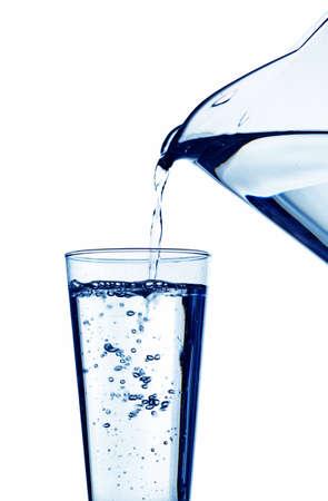 copa de agua: agua pura y limpia se vierte en un vaso. beber agua en el vaso. Foto de archivo