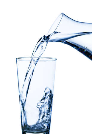 acqua vetro: acqua pura e pulita viene versata in un bicchiere. acqua potabile nel bicchiere.