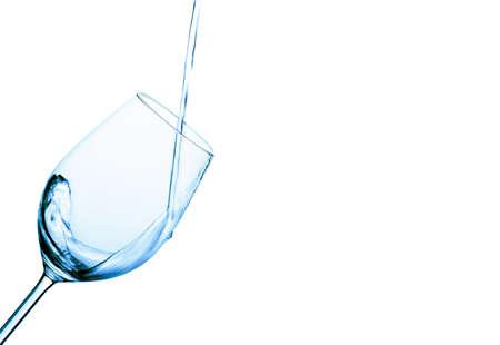 acqua pura e pulita viene versata in un bicchiere. acqua potabile nel bicchiere. Archivio Fotografico - 14358848