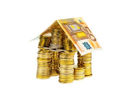 single familiy: una casa hecha de monedas y billetes en el icono de fotos para la construcci�n de viviendas y pr�stamos para la vivienda Foto de archivo