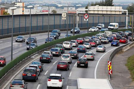 Stau in der Straße mit Autos auf einer Autobahn