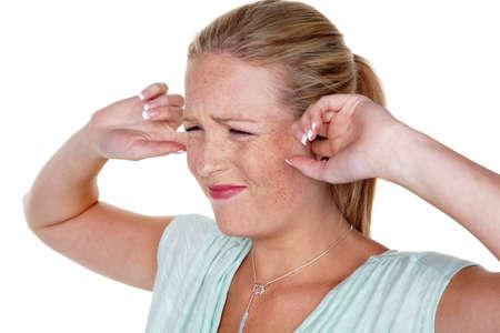 contaminacion acustica: una mujer joven sostiene sus dedos en su sonoridad oídos y tinnitus,