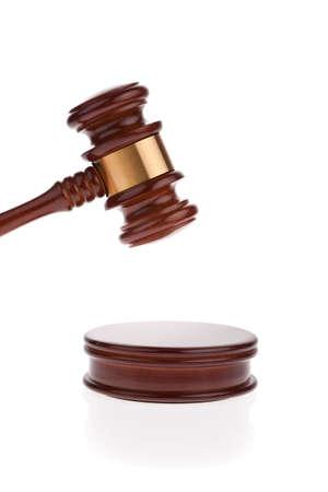 giurisprudenza: un martello giudice o asta martello isolato su sfondo bianco