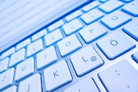 bevoelen: het toetsenbord van een computer in de voorkant van een scherm computer en internet