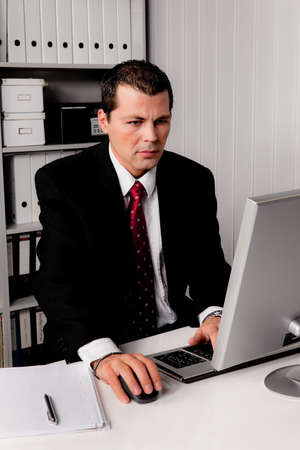 edv: young businessman in office with computer
