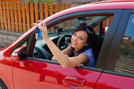 joie: junge Frau mit neuem Auto und Autoschl�ssel