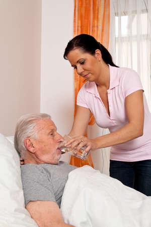 enfermeria: una enfermera en el cuidado de ancianos para las personas mayores en residencias de ancianos Foto de archivo