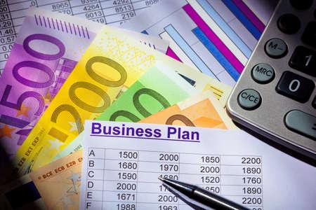 ein Businessplan f�r die Gr�ndung eines Unternehmens Ideen und Strategien f�r eine selbst�ndige Erwerbst�tigkeit Euro-Banknoten und Taschenrechner