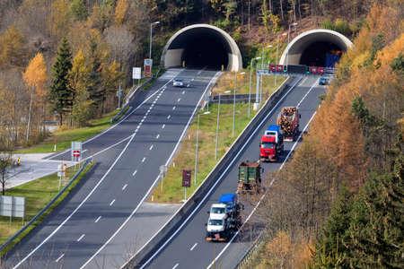 하부 구조: 오스트리아에서 타우에 른 고속도로에 많은 터널이 있습니다 스톡 사진