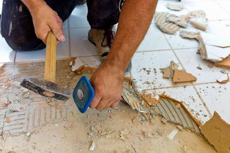 tegelwerk: gebroken tegels in de renovatie van een badkamer verbouwen en renovatie in de woonkamer tegelzetter aan het werk Stockfoto