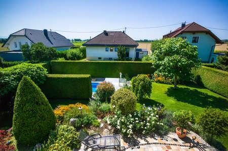 single familiy: el jard�n con una piscina de un planeamiento espacial casa y el vecindario