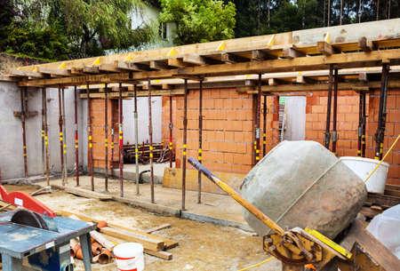 single familiy: el s�tano de una casa de la familia el trabajo estructural de una construcci�n s�lida