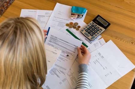 bookkeeping: una mujer con facturas sin pagar el desempleo tiene muchas deudas y la quiebra personal