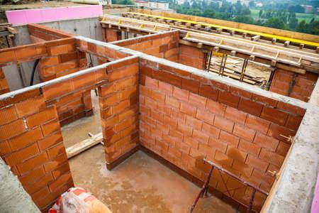 single familiy: el cad�ver de una vivienda unifamiliar de ladrillo en la construcci�n masiva
