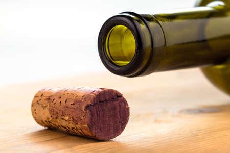 el corcho de una botella de vino tinto. botella y el corcho Foto de archivo