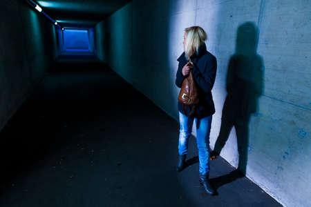 una giovane donna in un sottopassaggio Archivio Fotografico