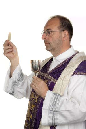 sacerdote: un sacerdote católico durante la comunión en la adoración