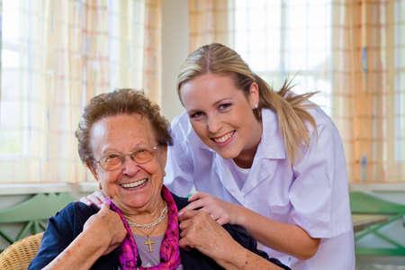 ordelijk: een thuiszorg verpleegkundige bezoekt een patiënt