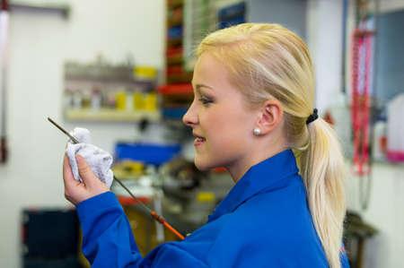 apprenti: la pression d'huile est mesur� dans la voiture avec la jauge du niveau d'huile est correct v�rifi�