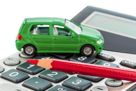 kilometraje: un coche y una pluma roja en una calculadora de costos de combustible, seguros y costes de desgaste de autom�viles no se les paga por los viajeros