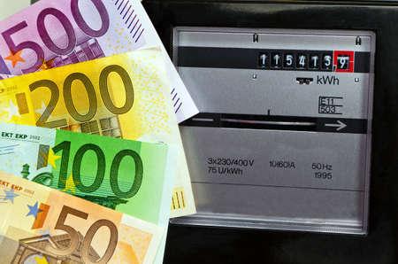 billets euros: un compteur d'�lectricit� dans l'approvisionnement des m�nages de l'�lectricit� et de l'�nergie avec des billets en euros