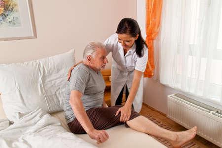 ordelijk: een verpleegkundige in de ouderenzorg voor ouderen in verpleeghuizen Stockfoto
