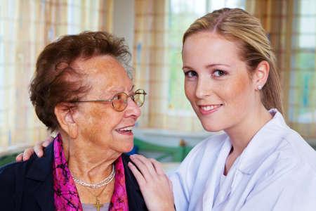empleadas domesticas: una enfermera de atenci�n domiciliaria visita a un paciente Foto de archivo