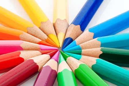 Muchos lápices de colores diferentes sobre un fondo blanco.