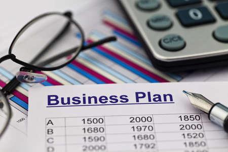 le plan d'affaires pour une entreprise ou un établissement d'entreprise prévoit un jeune entrepreneur Banque d'images