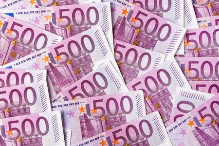 clavados: muchos 500 billetes en euros se encuentran lado a lado de la foto simbólica de la riqueza y la inversión Foto de archivo