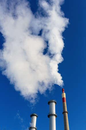 ózon: kémény egy ipari cég, amely jelentős füst szimbolikus fotó környezetvédelem és az ózon