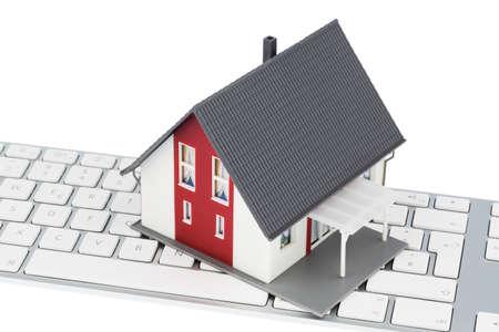 single familiy: casa en la foto teclado de s�mbolos para adquisici�n de vivienda y el alquiler en el Internet Foto de archivo