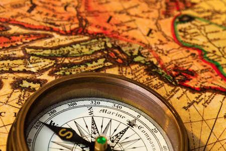 puntos cardinales: una brújula se encuentra en un viejo mapa