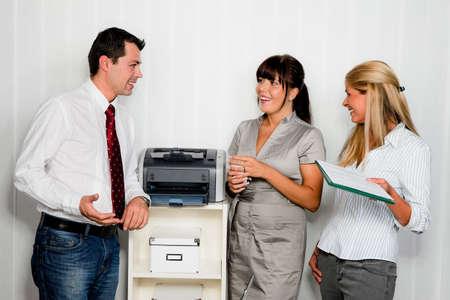 conversaci�n entre varias personas en una oficina Foto de archivo - 18053111