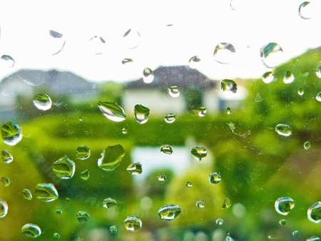 stark: vielen Regentropfen bei schlechtem Wetter auf einer Fensterscheibe Regenwetter