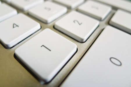 bevoelen: de sleutels van een computer in een close-up computer en internet