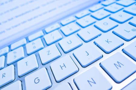 edv: la tastiera di un computer di fronte a un computer schermo e internet Archivio Fotografico