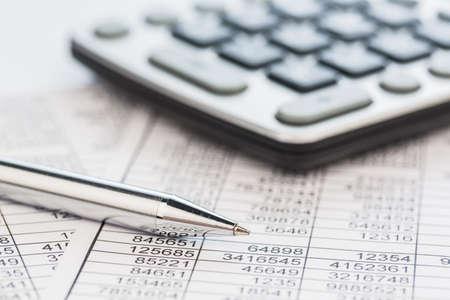 bookkeeping: una calculadora est� en el buen n�meros del balance son las estad�sticas foto icono de las ventas, los beneficios y costos Foto de archivo