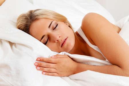 buonanotte: una giovane donna bella dormire nel letto e recuperare Archivio Fotografico