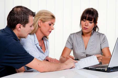 jovenes empresarios: marido y mujer en una sesi�n de consejer�a