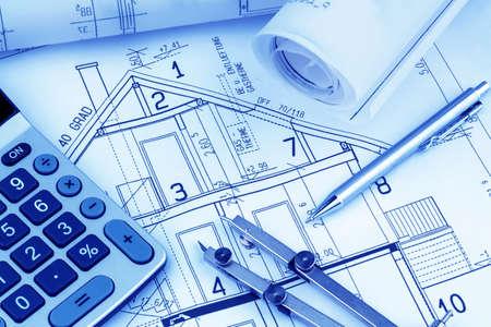 Eines Architekten s Blaupause mit einem Taschenrechner symbolisch für die Finanzierung und Planung eines neuen Hauses Standard-Bild - 19089403