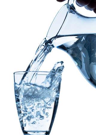 reines Wasser in ein Glas Wasser aus einem Krug frisches Trinkwasser geleert