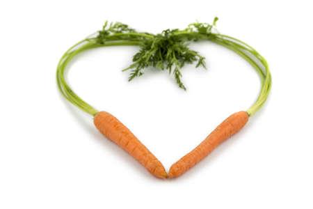 ein Herz aus biologisch angebauten Möhren frisches Obst und Gemüse ist immer gesund symbolisch für eine gesunde Ernährung