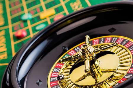 roulette: il cilindro di un gioco d'azzardo roulette in un casinò profitti e perdite è deciso per caso