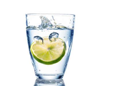 waterleiding: een glas vers drinkwater en een limoen mineraalwater als een dorstlesser Stockfoto