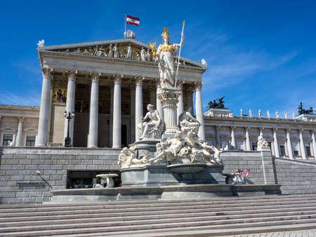 deesse grecque: le Parlement � Vienne, en Autriche avec la statue de Pallas Ath�na la d�esse grecque de la sagesse Banque d'images
