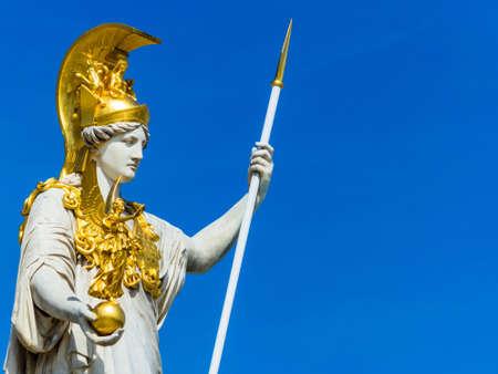 diosa griega: el Parlamento de Viena, Austria, con la estatua de Palas Atenea de la diosa griega de la sabiduría