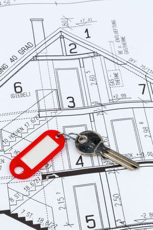 single familiy: proyecto a un arquitecto s con la llave de una casa o un nuevo hogar Foto de archivo