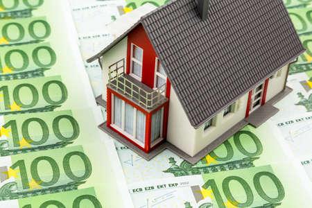 single familiy: casa en las facturas, foto simb�lica para el hogar compra, financiamiento, construcci�n de la sociedad